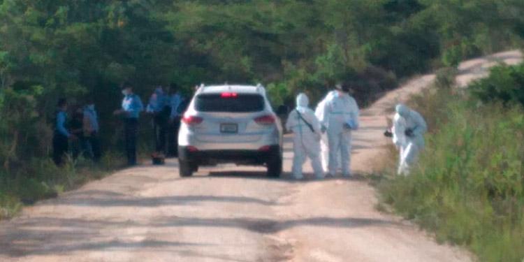 Se presume que las víctimas fueron llevadas bajo amenazas de muerte hasta esa zona alejada, escondida entre arbustos de carbón y zarzas.