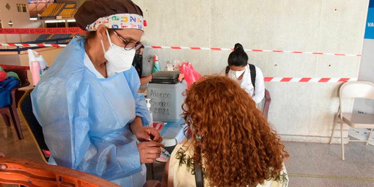 En la séptima campaña de vacunación contra el COVID-19 se comenzó a vacunar desde ayer a jóvenes de 15 años en adelante.
