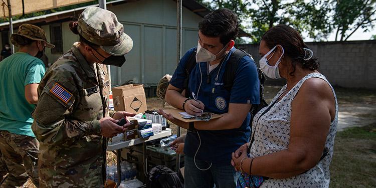 La Capitana del Ejército de los Estados Unidos, Renee Lawrence, enfermera técnica de emergencias del Elemento Médico de la Fuerza de Tarea Conjunta Bravo, Base Aérea Soto Cano.