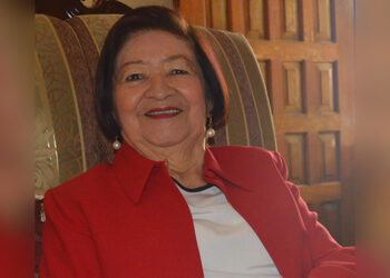 Esperanza Moreno de Santos, primera egresada y directora académica.