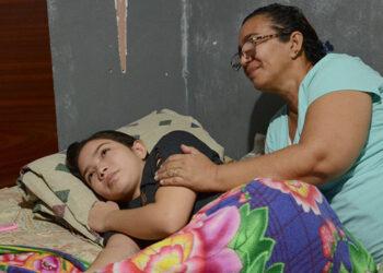 Doña Ruth Lozano clama por ayuda para salvarle la vida a su hija de la extraña enfermedad de la que aún no tienen un diagnóstico.