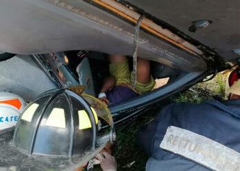 Los bomberos lograron rescatar con vida al niño de diez años que sobrevivió al brutal accidente vehicular.
