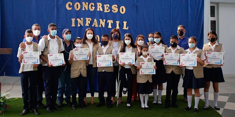 La Primera Dama, Ana García de Hernández, entregó becas y kits escolares a los niños diputados del Congreso Infantil 2021.