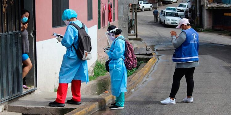 El infectólogo Tito Alvarado, recomienda que las autoridades deben ir y buscar a la población para aplicar vacunación anticovid.