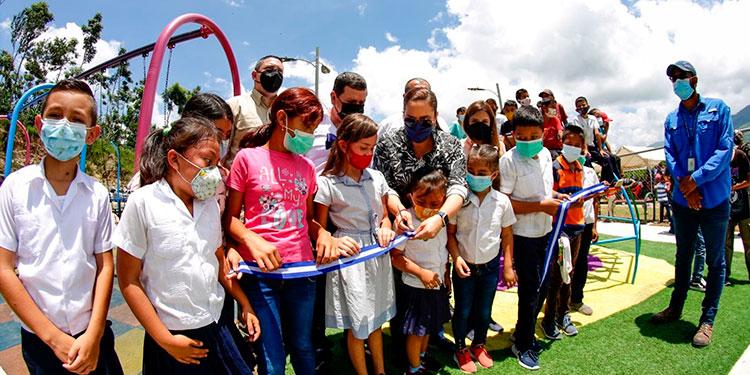 """La Primera Dama, Ana García de Hernández, llevó alegría a los niños de Ocotepeque al inaugurar el Parque para una Vida Mejor """"Por la Paz""""."""