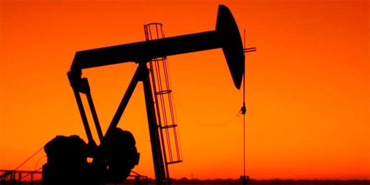 """El precio del petróleo intermedio de Texas (WTI) cerró este viernes con una subida del 2.3 por ciento, hasta 69.72 dólares el barril, finalizando la semana en números verdes con una ganancia acumulada del 0.6 por ciento una semana llena de altibajos. Este viernes, los analistas apuntaban a la influencia positiva en los mercados de una reciente conversación telefónica mantenida entre los presidentes de China y Estados Unidos, Xi Jinping y Joe Biden, respectivamente. Según el analista Jeffrey Halley, de la firma Oanda, la perspectiva de que mejoren las relaciones entre Estados Unidos y China """"ha tenido el mismo efecto en los mercados de petróleo que otras clases de activos"""". (EFE)"""
