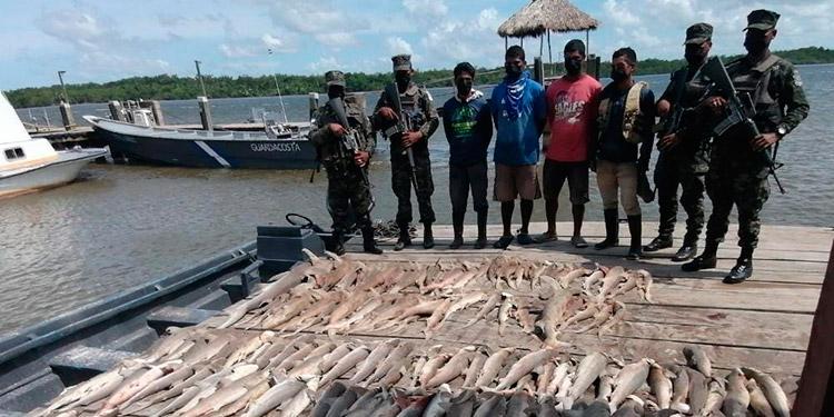 Los detenidos fueron trasladados a Puerto Lempira y puestos a las órdenes de las autoridades y la lancha quedó en depósito en la Base Naval de Caratasca.