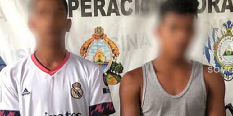 Los detenidos son un jornalero de 22 años y un estudiante de 17 años de edad, ambos originarios y residentes en el barrio de Jesús, Juticalpa.