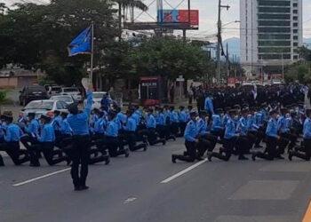 El público pudo apreciar la exhibición de los funcionarios policiales en la conmemoración de los 200 años de emancipación política de Honduras.