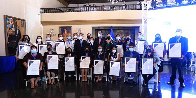 El Presidente Juan Orlando Hernández condecoró por su valiosa labor a docentes de todo Honduras.