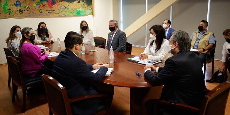 La Primera Dama, Ana García de Hernández, se reunió con delegados de COMAR, durante su visita a México.