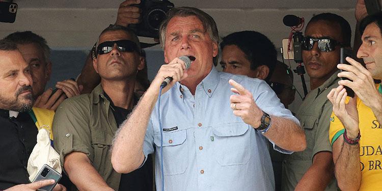 """El presidente de Brasil, Jair Bolsonaro, intensificó sus ataques a la Corte Suprema y mandó un recado a """"los que quieren sacarlo de Brasilia"""" al afirmar que no irá a prisión y """"solo Dios"""" lo apartará de la presidencia.  (LASSERFOTO AFP)"""