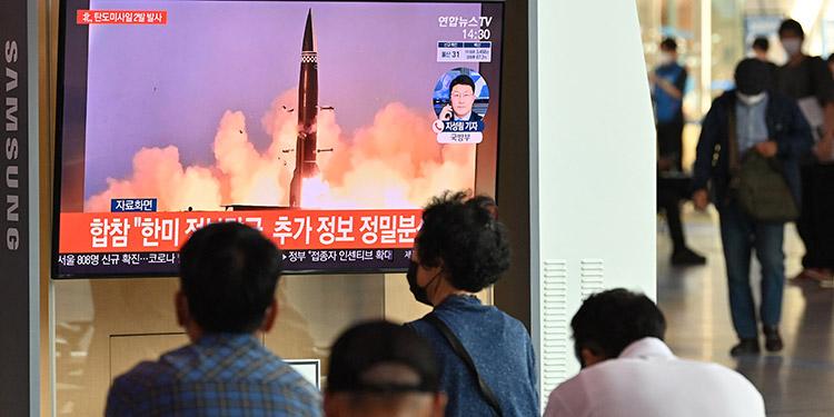 Corea del Sur disparó con éxito un misil balístico después de que la vecina Corea del Norte, disparase dos misiles al mar. (LASSERFOTO AFP)