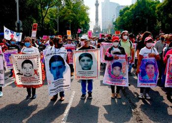 Familiares y amigos de los 43 normalistas de Ayotzinapa protestaron ayer, a siete años de su desaparición, en calles de Ciudad de México. (LASSERFOTO EFE)