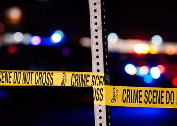 Al menos tres personas fallecieron y otras tres resultaron heridas en un tiroteo en la madrugada del domingo afuera de un bar en Des Moines, en el Estado de Washington. (LASSERFOTO  EFE)