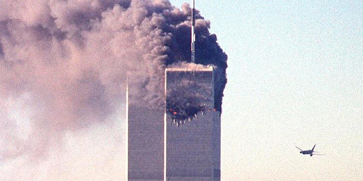 El vuelo 11 de American Airlines, un Boeing 767 que se dirigía de Boston a Los Ángeles con 92 personas a bordo, impacta a 790 km/h contra la torre norte del World Trade Center. (LASSERFOTO AFP)