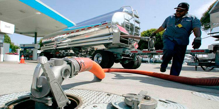 Los contratos de gasolina con vencimiento en octubre restaron tres centavos y terminaron en 2.10 dólares el galón.