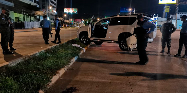 Un video divulgado en redes sociales muestra el mortal ataque cuando las víctimas salían de un restaurante de la zona.