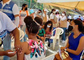 La ministra de Salud, Alba Consuelo Flores, realizó un recorrido por los tres puestos de vacunación instalados en Roatán, Islas de la Bahía.