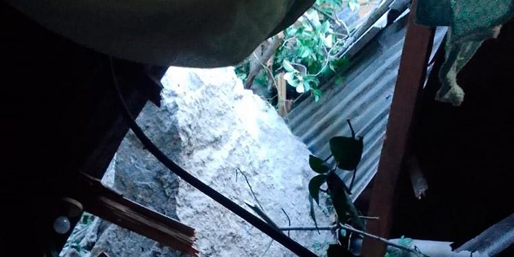 El impacto de la roca abarcó dos habitaciones de la cuartería, lesionando a una inquilina.