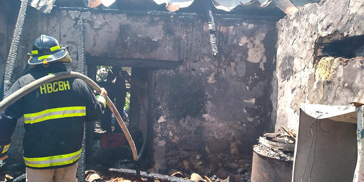 La vivienda resultó quemada en un 90 por ciento, según el reporte dado por el Cuerpo de Bomberos.