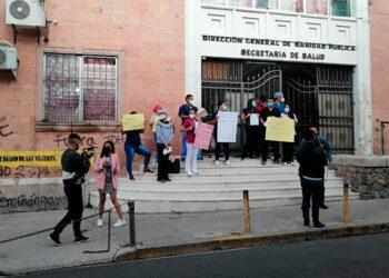 Durante una protesta, los médicos que atienden a pacientes con COVID-19 exigieron las plazas que les prometieron.