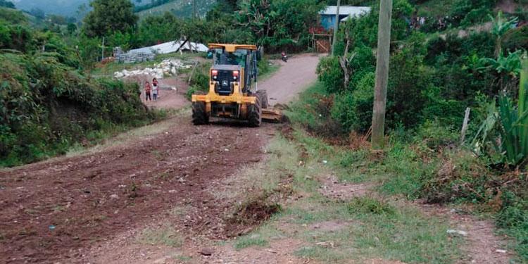 Varios kilómetros de carreteras internas se reparan en comunidades de este municipio y se espera en los próximos días se culmine los trabajos.
