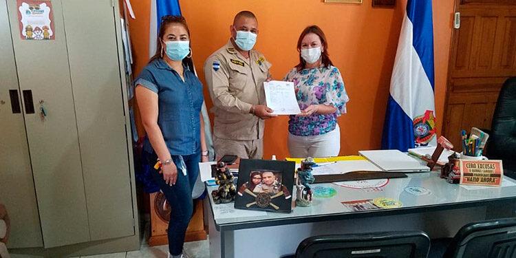 La presidenta de Cepudo Rosa Ana Mencía Mayorga, junto a otra compañera, entregó la donación al titular de los bomberos en Siguatepeque.