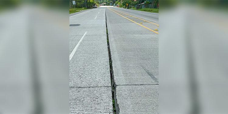 Un peligro la hendedura que hay en una trocha de la carretera CA-5, a la altura de la comunidad de Carrizales, Taulabé.