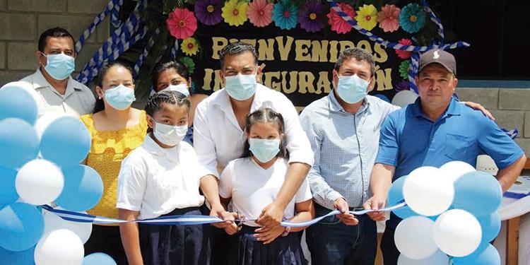 Las autoridades municipales, educativas y legislativas junto a los miembros de la comunidad de La Tigra, inauguraron el módulo escolar.