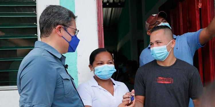 El Presidente Hernández también le entregó las llaves de una vivienda de Vida Mejor a la joven Silvia Raudales.