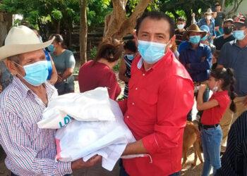 El alcalde de Soledad, Omar Sánchez, se encargó de entregar las raciones de alimentos donadas por el migrante hondureño Melvin Cabrera.