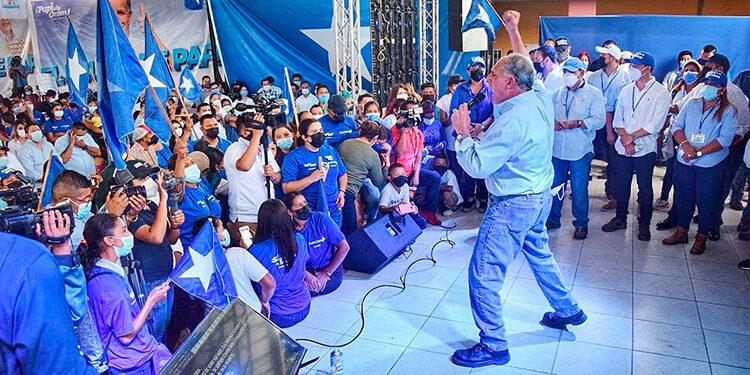 """El líder nacionalista, Nasry """"Tito"""" Asfura, exhortó a la población a salir a votar tempranito el 28 de noviembre, porque es un deber y una fiesta cívica."""