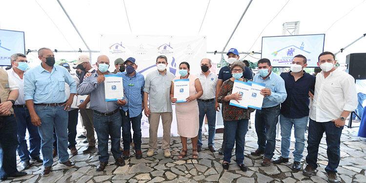 El Presidente Juan Orlando Hernández entregó títulos de propiedad a los productores de miel y café de tres municipios.