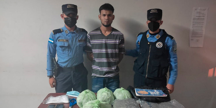 """Agentes indicaron que el detenido es conocido delictivamente como """"El Bay"""" y tiene el rango de """"Traca"""", dentro de la MS-13."""