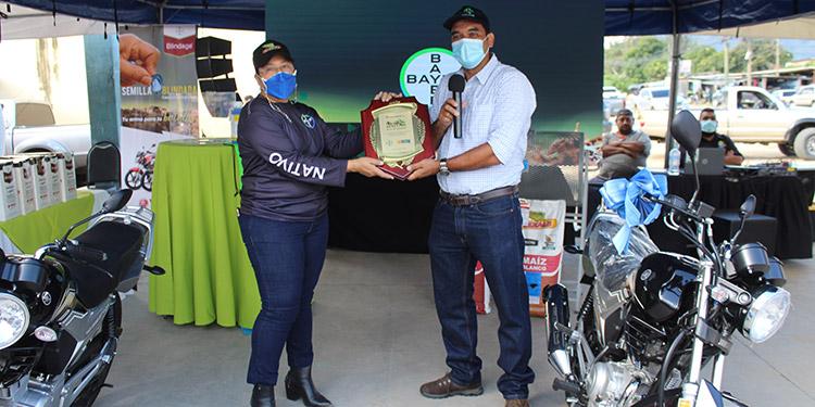 Bayer reconoció el trabajo de sus 14 años a Agro Comercial Gaitán. De igual Agro Comercial Gaitán entrego un represente a Bayer Honduras.