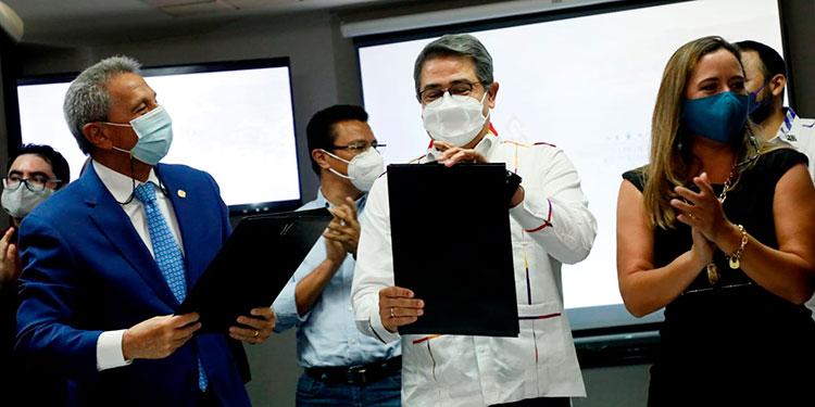 El Presidente de la República, Juan Orlando Hernández, firmó con la Canaturh, el Acuerdo para una Vida Mejor para el Turismo.