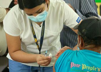 Miles de sampedranos acuden a vacunarse contra el COVID-19, gracias a las jornadas móviles en barrios y colonias.