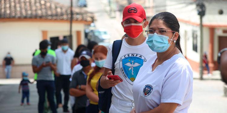 Miles de jóvenes acudieron al centro de vacunación en Santa Rosa de Copán, para inocularse contra el COVID-19.
