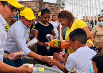 """Directivos y candidatos de VAMOS, celebraron el """"Día del Niño"""" con infantes de barrios y colonias."""