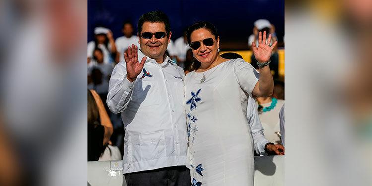 En el 2014, la Primera Dama lució un vestido blanco hueso con flores bordadas, azules y blancas, y el Presidente una guayabera con una guacamaya.