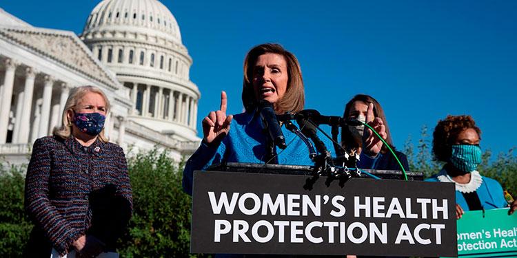 La presidenta de la Cámara Baja, la demócrata Nancy Pelosi (c). EFE/EPA