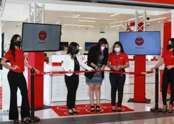 La nueva tienda Claro en el primer nivel de Plaza Paseo Próceres, en Barrio Río Piedras en San Pedro Sula, fue inaugurada por Laura Oseguera y ejecutivos del novedoso establecimiento.