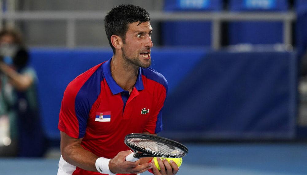 El serbio Novak Djokovic reacciona durante su partido contra el alemán Alexander Zverev por las semifinales del tenis de los Juegos Olímpicos de Tokio, el viernes 30 de julio de 2021. (AP Foto/Patrick Semansky)