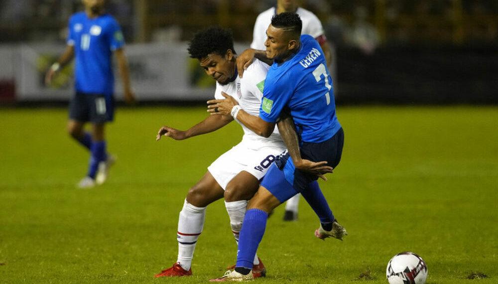 Weston McKennie de Estados Unidos, a la izquierda, y Darwin Ceren de El Salvador, pelean por el balón durante un partido por la primera fecha del octagonal final clasificatorio de la CONCACAF al Mundial de Qatar del 2022, en el estadio Cuscatlán en San Salvador, El Salvador, el jueves 2 de septiembre de 2021. (AP Foto/Moisés Castillo)
