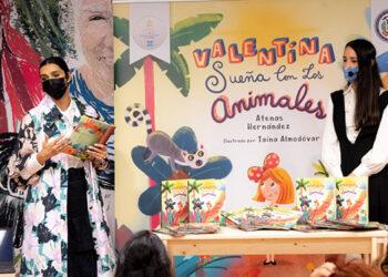 Atenas Hernández durante la presentación de su libro con la ilustradora de la obra, la dominicana Taína Almodóvar.
