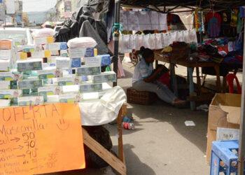 Lo comerciantes sacan sus productos a la calle obstaculizando la vía, pero afirmaron que ya no les reclaman porque se solidarizan con ellos.