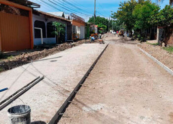"""Avanzados van los trabajos de pavimentación de 240 metros lineales de la Calle """"8"""" del barrio La Venecia."""