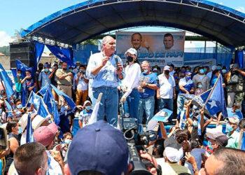 """""""Papi"""" felicitó a los maestros hondureños en su día y se despidió con la sonora frase: """"Vivan los maestros, los profes""""."""