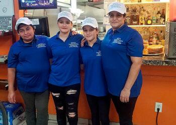 """En la gráfica, parte del dinámico equipo de """"Típicos Centroamérica Restaurant"""", fundado por un """"catracho"""" emprendedor en Las Vegas"""